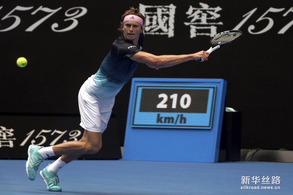 澳网:亚・兹韦列夫胜贝德内。     1月15日,德国选手亚・兹韦列夫在比赛中回球。    当日,在墨尔本进行的澳大利亚网球公开赛男单首轮比赛中,德国选手亚・兹韦列夫以3比0战胜斯洛文尼亚选手贝德内,顺利晋级。    新华社/欧新
