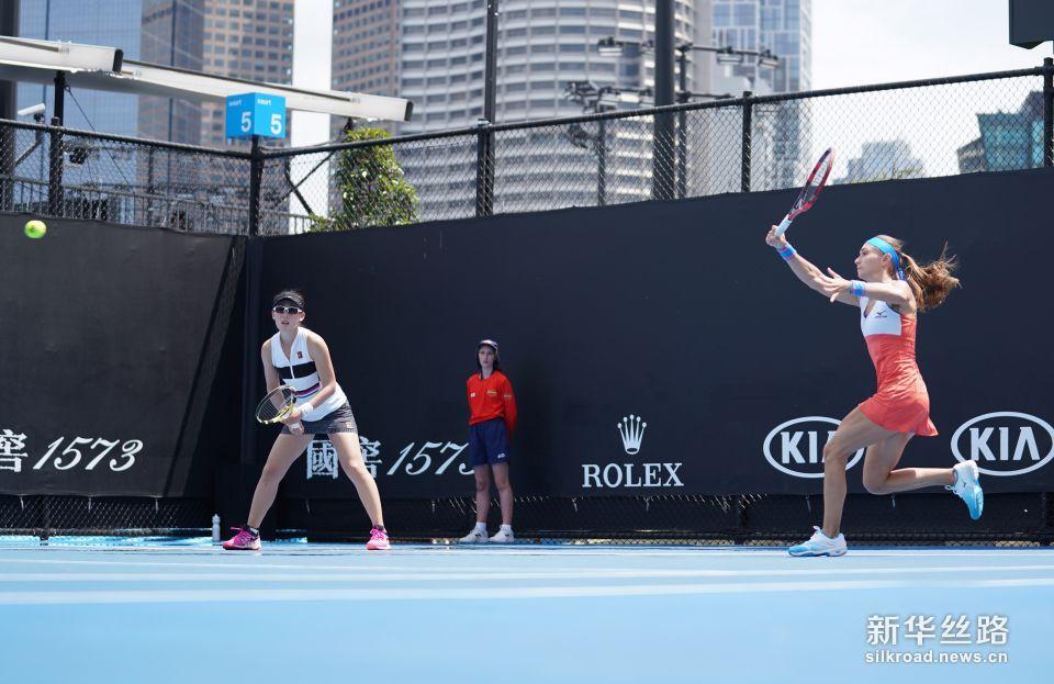 澳网女双:郑赛赛/克鲁尼奇止步首轮。    1月16日,郑赛赛/亚历山德拉・克鲁尼奇(右)在比赛中。    当日,在2019澳大利亚网球公开赛女双首轮比赛中,跨国组合郑赛赛/亚历山德拉・克鲁尼奇以0比2不敌澳大利亚组合莫妮克・亚当恰克/杰西卡・莫尔,无缘下一轮。    新华社记者白雪飞摄