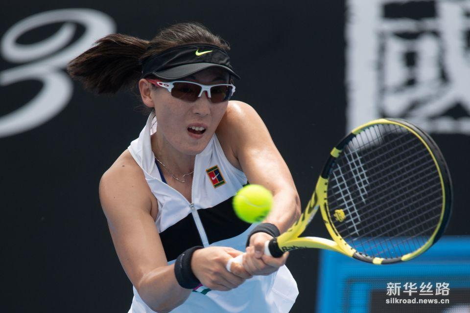 澳网:郑赛赛不敌穆古拉扎。    1月15日,郑赛赛在比赛中。    当日,在2019澳大利亚网球公开赛女子单打首轮比赛中,中国选手郑赛赛以0比2负于西班牙选手穆古拉扎,无缘第二轮。    新华社发(白雪摄)