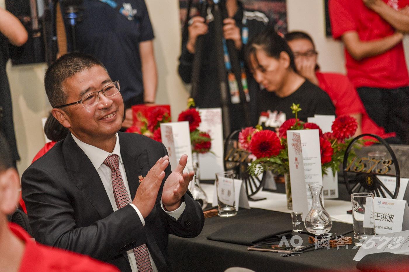 """北京时间1月18日,迎来了""""国窖1573日""""。全球限量1573套,定价1573美元(折合人民币10888元)的国窖1573酒澳网冠军版在澳大利亚墨尔本正式发布。"""