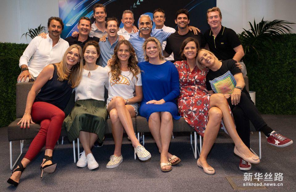 澳网:李娜参加澳网元老赛并和成员们拍摄全家福。    1月21日,李娜(前排左二)与元老球员合影。    当日,中国网球名宿李娜来到墨尔本公园与参加澳网元老赛的成员们合影。    新华社发(白雪 摄)