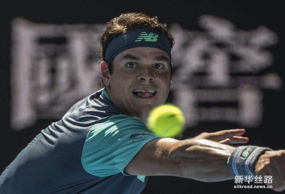 澳网:拉奥尼奇胜兹维列夫。    1月21日,拉奥尼奇在比赛中回球。    当日,在2019澳大利亚网球公开赛男单第四轮比赛中,加拿大选手拉奥尼奇以3比0战胜德国选手兹维列夫,晋级八强。    新华社记者吕小炜摄