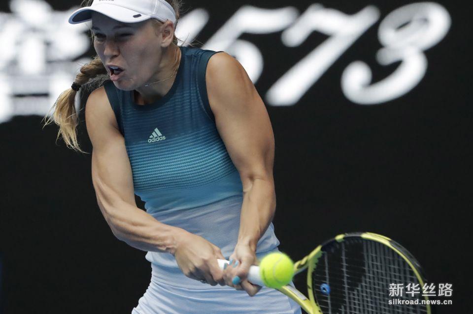 澳网:莎拉波娃胜沃兹尼亚奇 。    1月18日,丹麦选手沃兹尼亚奇在比赛中回球。    当日,在墨尔本进行的澳大利亚网球公开赛女单第三轮比赛中,俄罗斯选手莎拉波娃以2比1战胜丹麦选手沃兹尼亚奇,晋级十六强。    新华社/欧新