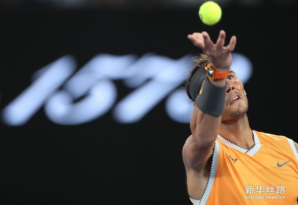 澳网:纳达尔晋级。    1月18日,纳达尔在比赛中发球。    当日,在2019澳大利亚网球公开赛男单第三轮比赛中,西班牙选手纳达尔以3比0战胜澳大利亚选手德米尼亚乌尔,晋级下一轮。    新华社记者白雪飞摄
