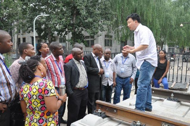 泰国曼谷,中泰铁路的项目技术推进会近期再次举行,北京交通大学国家轨道交通技术教育与服务中心主任朱晓宁作为中方技术团队成员之一,忙碌地参与项目