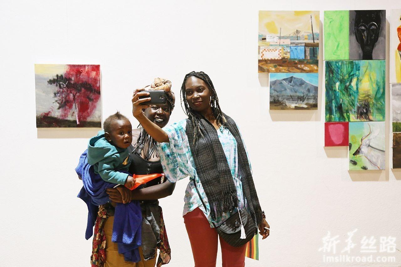 4月29日,在津巴布韦首都哈拉雷的国家艺术馆,观众与艺术作品自拍合影。新华社发(陈雅琴摄)