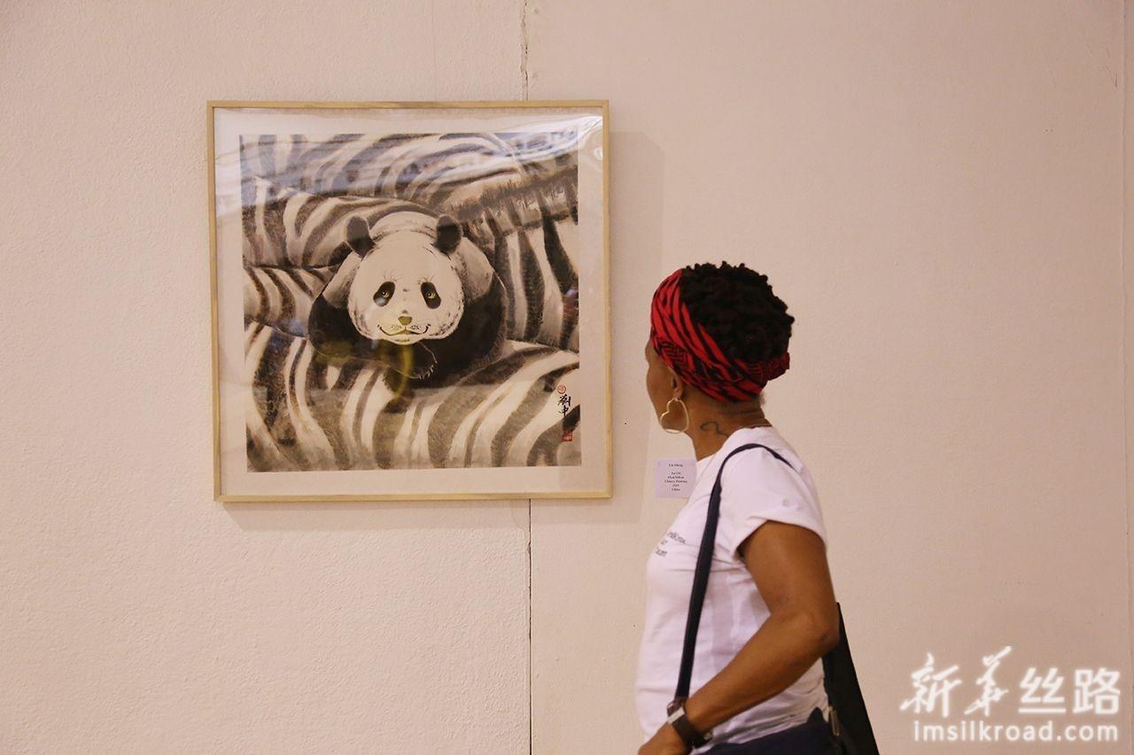4月29日,在津巴布韦首都哈拉雷的国家艺术馆,观众在欣赏艺术作品。新华社发(陈雅琴摄)