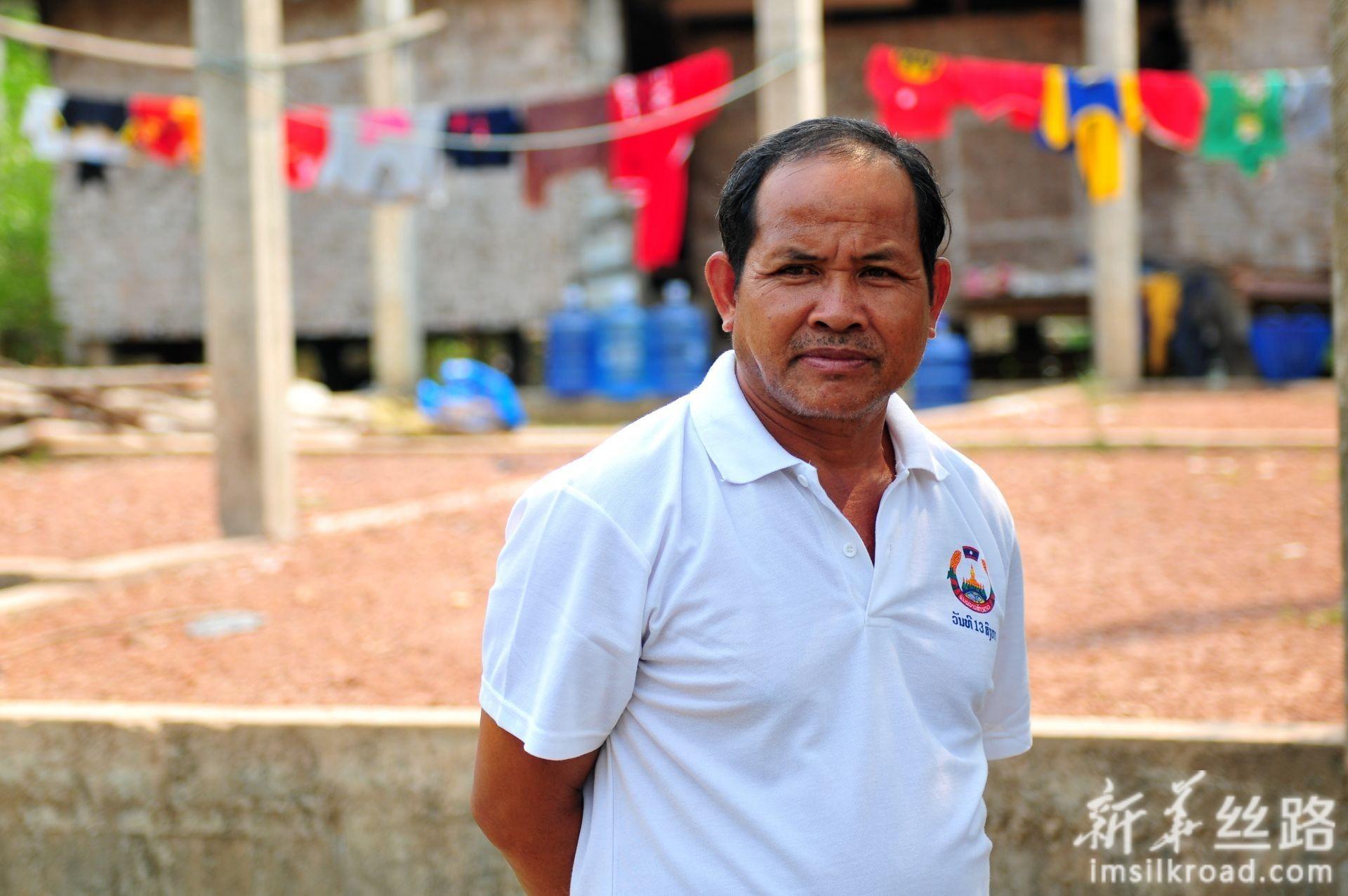 2月28日,在老挝首都万象北部的金花村,村党支部书记开玛介绍减贫示范项目情况。新华社记者 章建华 摄