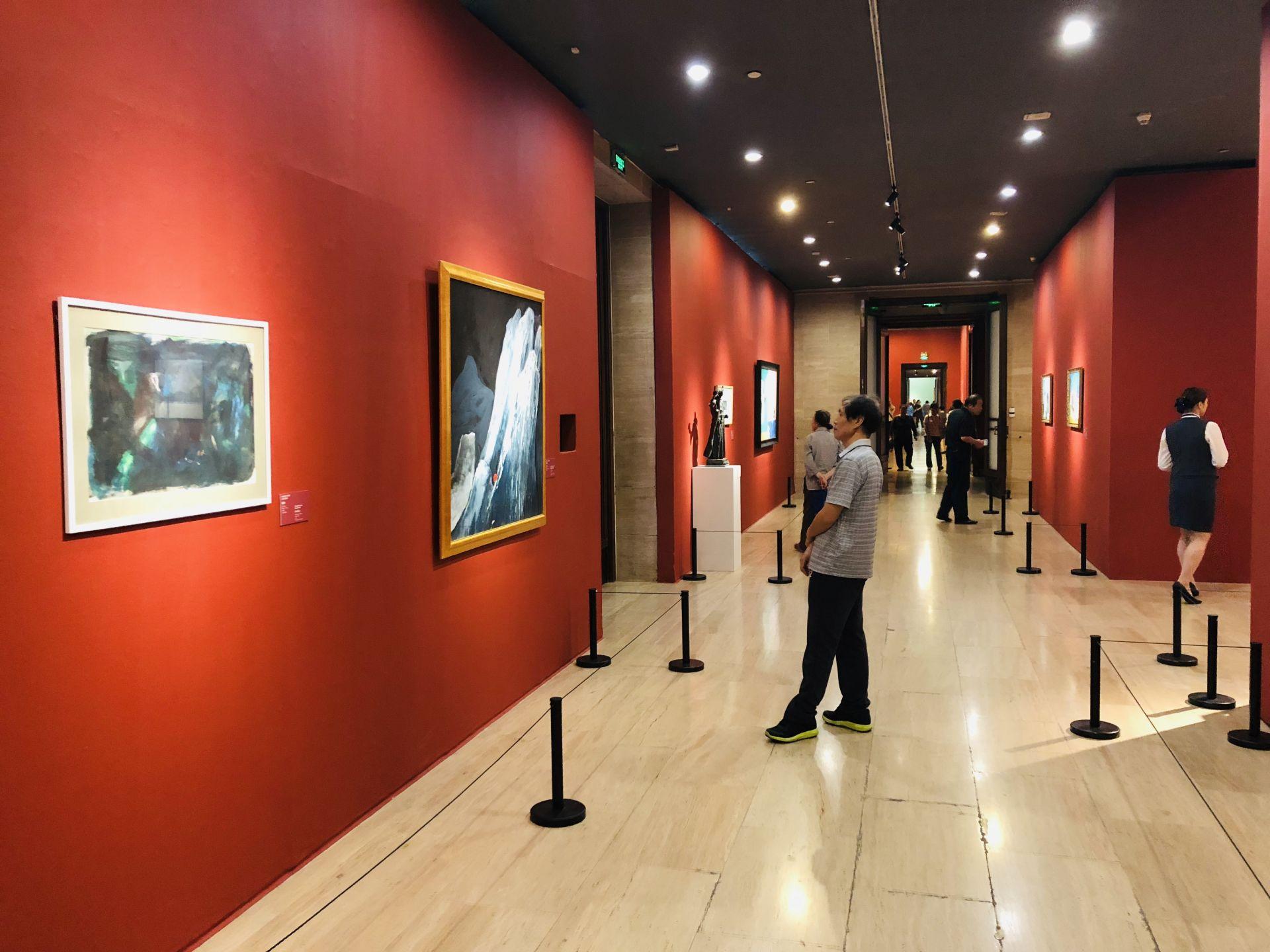 """图为中国美术馆""""大道融通——亚洲艺术作品展""""东方谢意主题展厅,游客在欣赏艺术作品"""