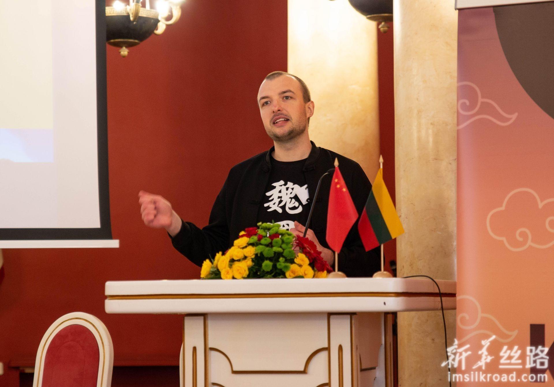 5月4日,在立陶宛首都维尔纽斯,大学生组参赛选手魏嘉成在比赛中演讲。新华社发(斯特凡尼娅摄)