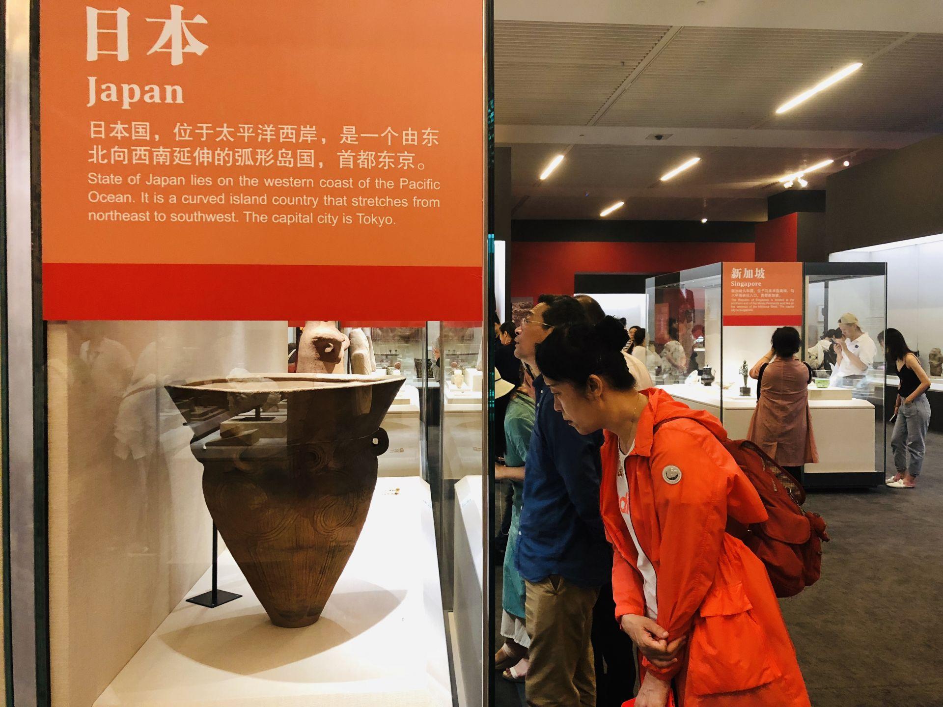 """图为国家博物馆""""大美亚细亚——亚洲文明展""""游客在欣赏文物展品"""