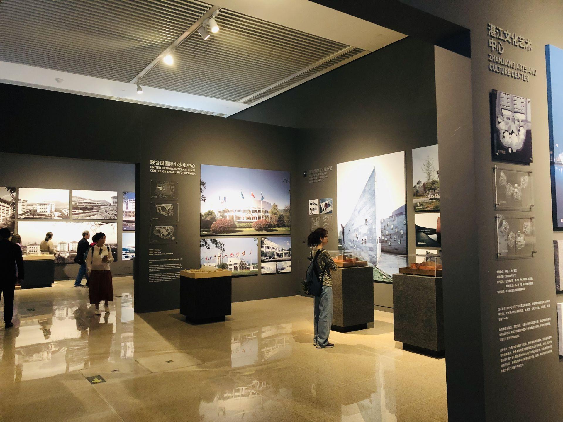 """图为国家博物馆""""大美亚细亚——亚洲文明展""""游客欣赏展品"""