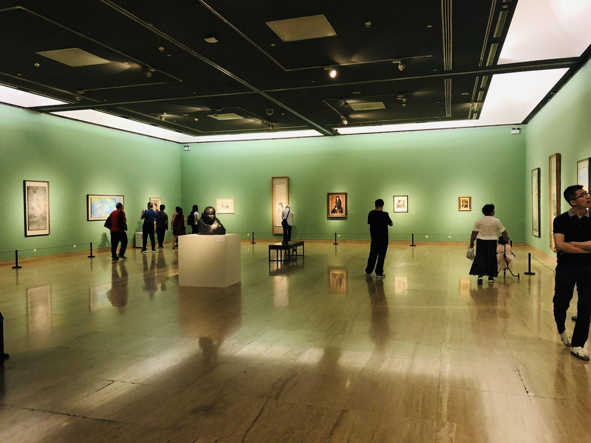 """图为中国美术馆""""大道融通——亚洲艺术作品展""""美人之美主题展厅,游客在欣赏艺术作品"""