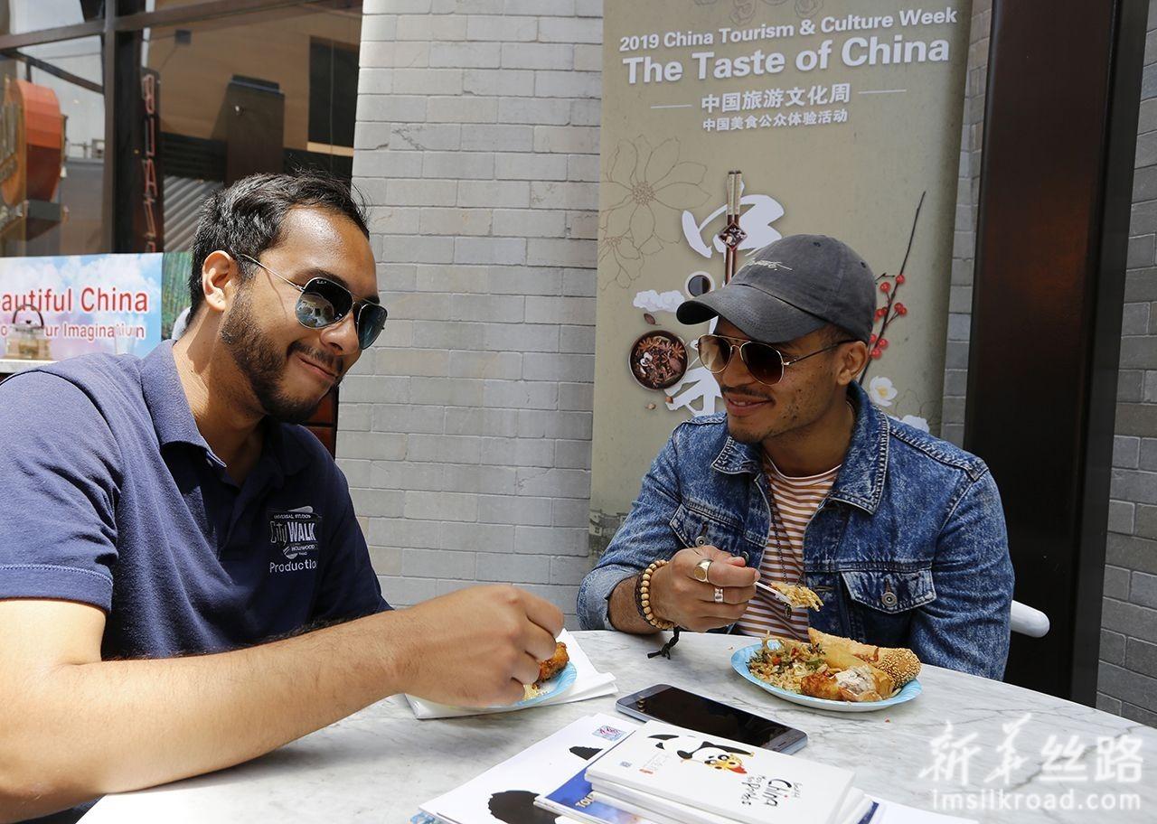 5月18日,在美国洛杉矶,人们体验中国美食。新华社记者李颖摄