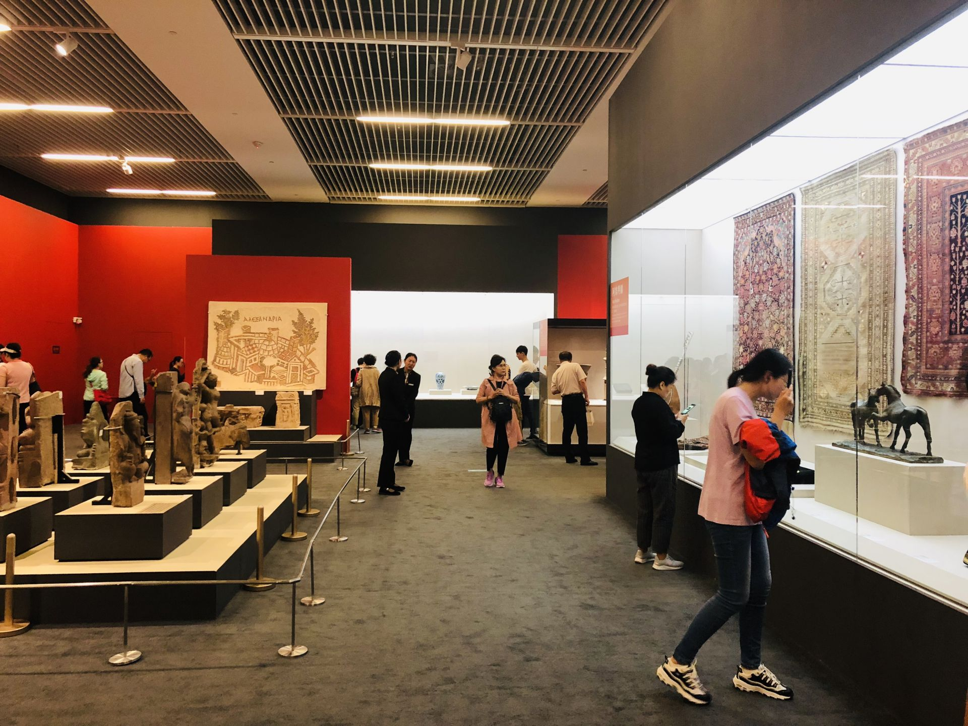 """图为国家博物馆""""大美亚细亚——亚洲文明展""""游客欣赏文物展品"""