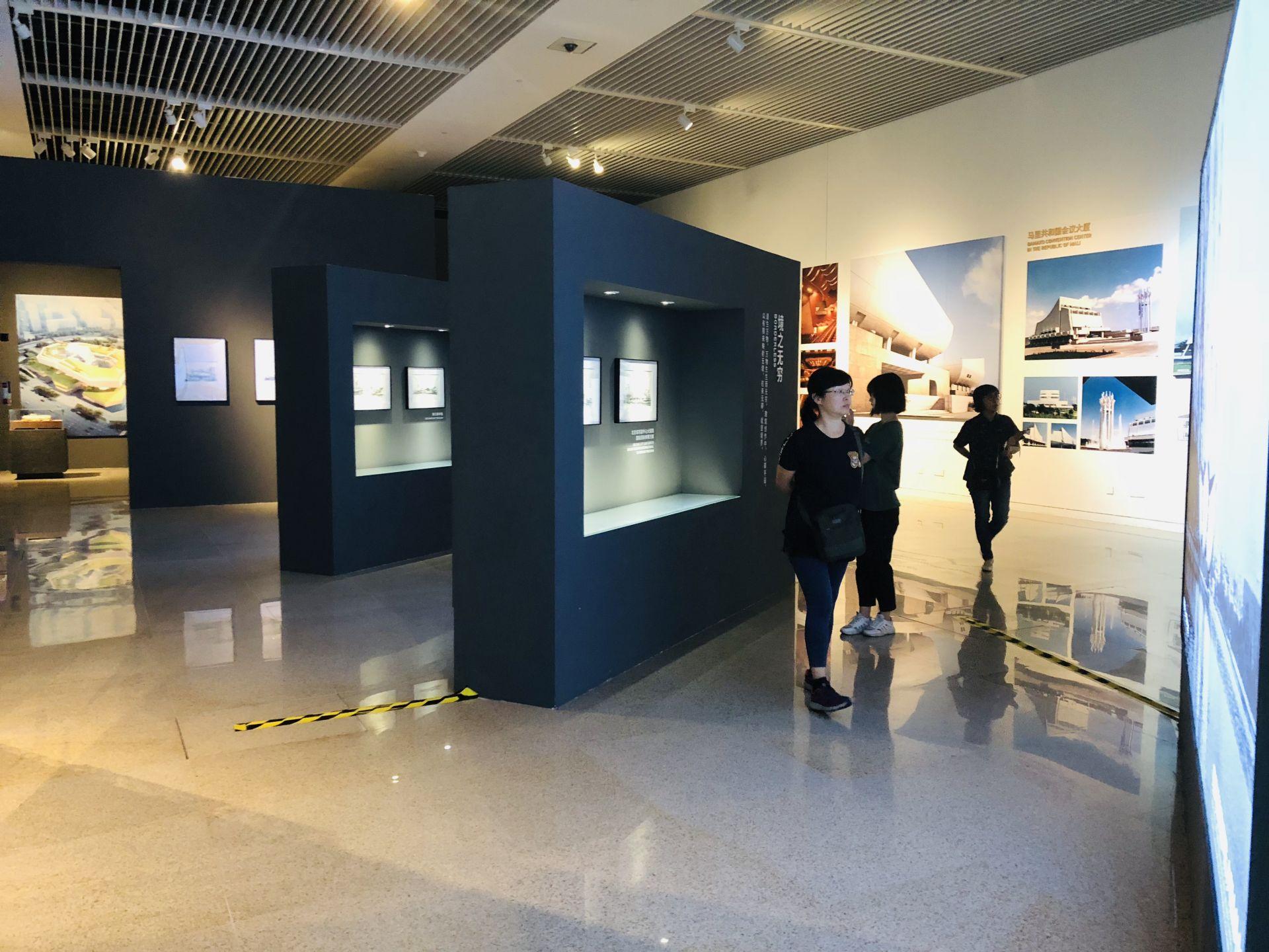 """图为国家博物馆""""大美亚细亚——亚洲文明展""""游客在驻足欣赏"""