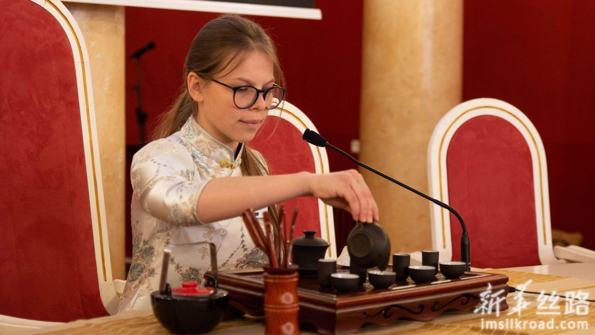 5月4日,在立陶宛首都维尔纽斯,中学生组参赛选手魏迪娜在比赛中表演茶艺。新华社发(斯特凡尼娅摄)