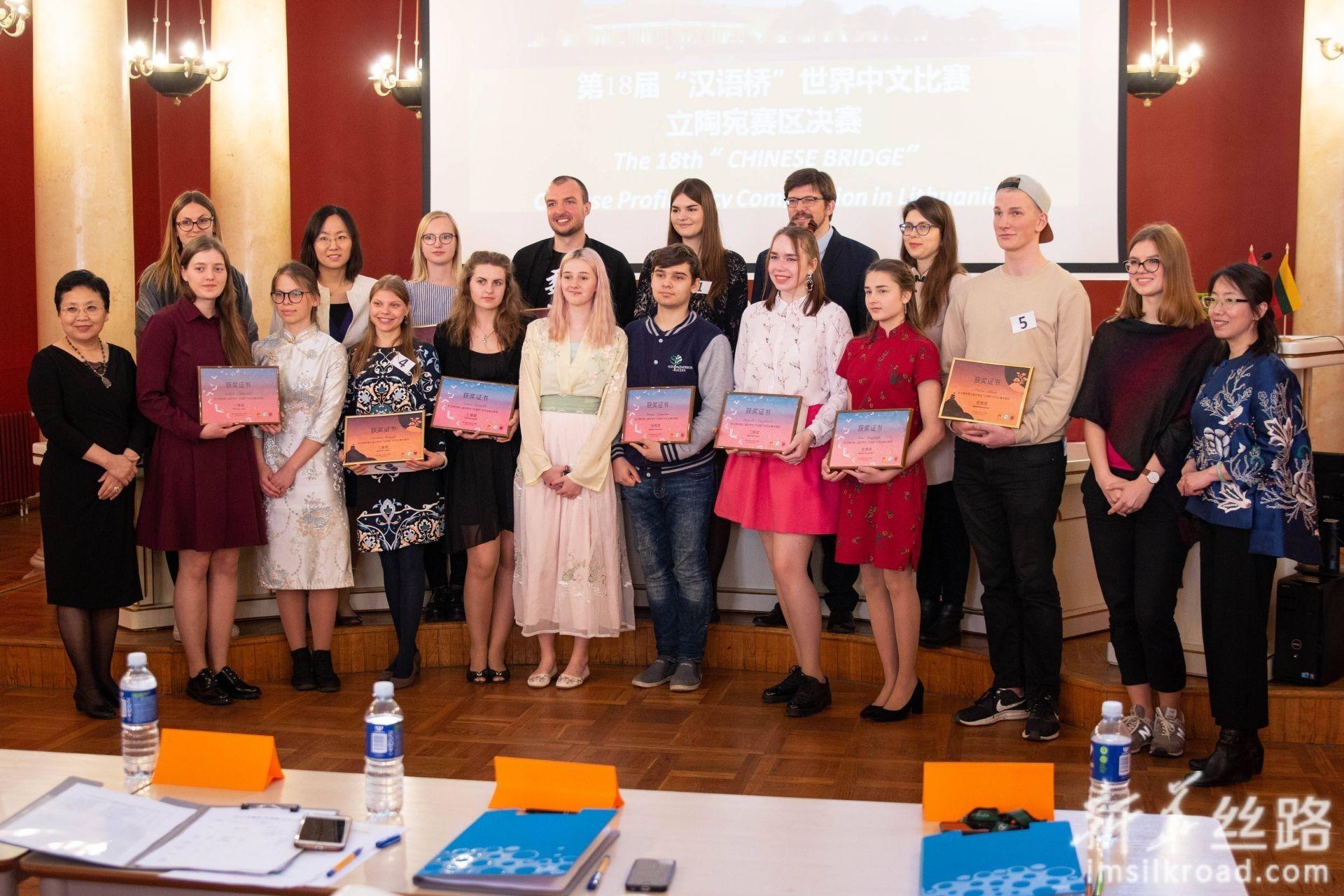 5月4日,在立陶宛首都维尔纽斯,参赛选手与嘉宾、评委在赛后合影留念。新华社发(斯特凡尼娅摄)