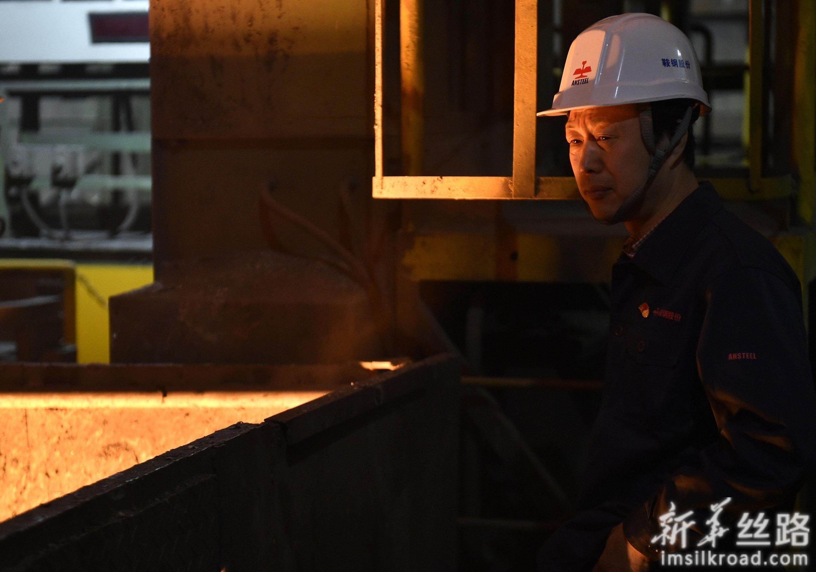 鞍钢炼钢总厂三分厂电气点检组长林学斌在生产现场(4月29日摄)。新华社记者 姚剑锋 摄