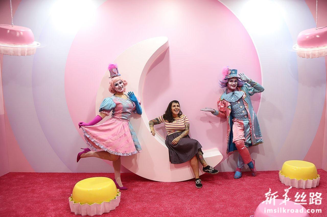 """6月19日,在巴西圣保罗,参观者在""""甜蜜艺术博物馆""""内与演员合影。 新华社发(拉赫尔·帕特拉索摄)"""