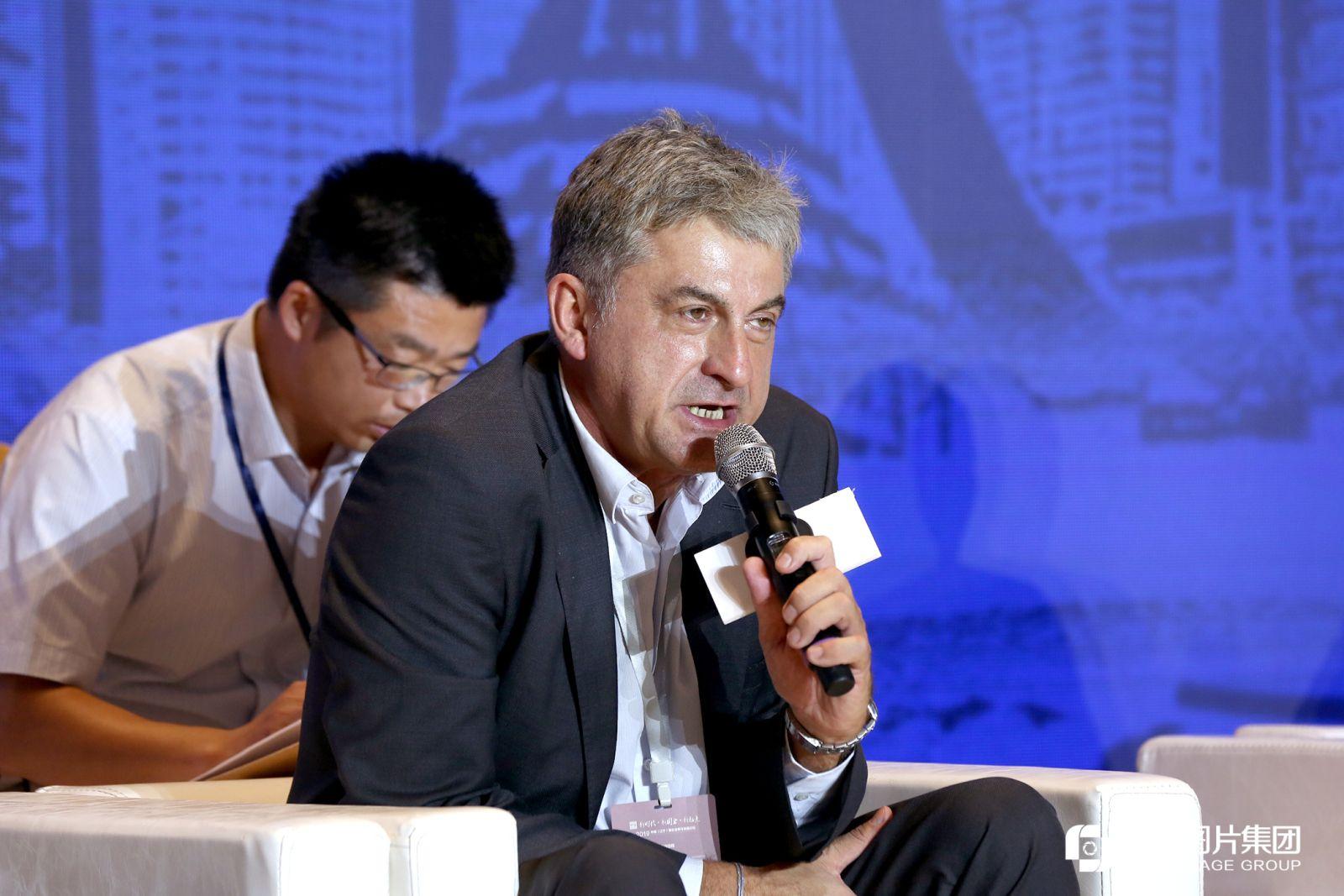 圆桌对话现场,上海申克机械有限公司总裁兼首席执行官彼得发言。