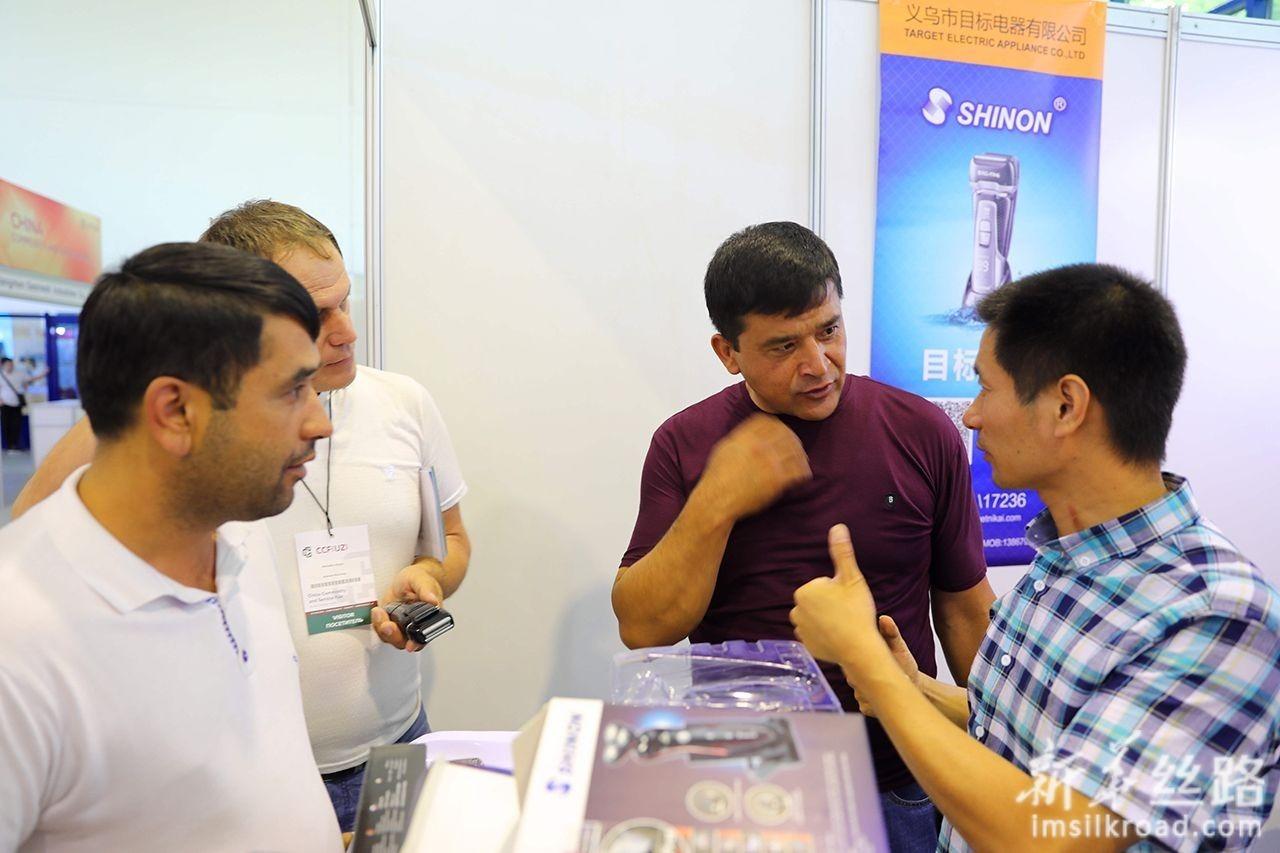 6月12日,在乌兹别克斯坦首都塔什干国家会展中心,中方参展商与乌方人员洽谈业务。新华社记者 蔡国栋 摄