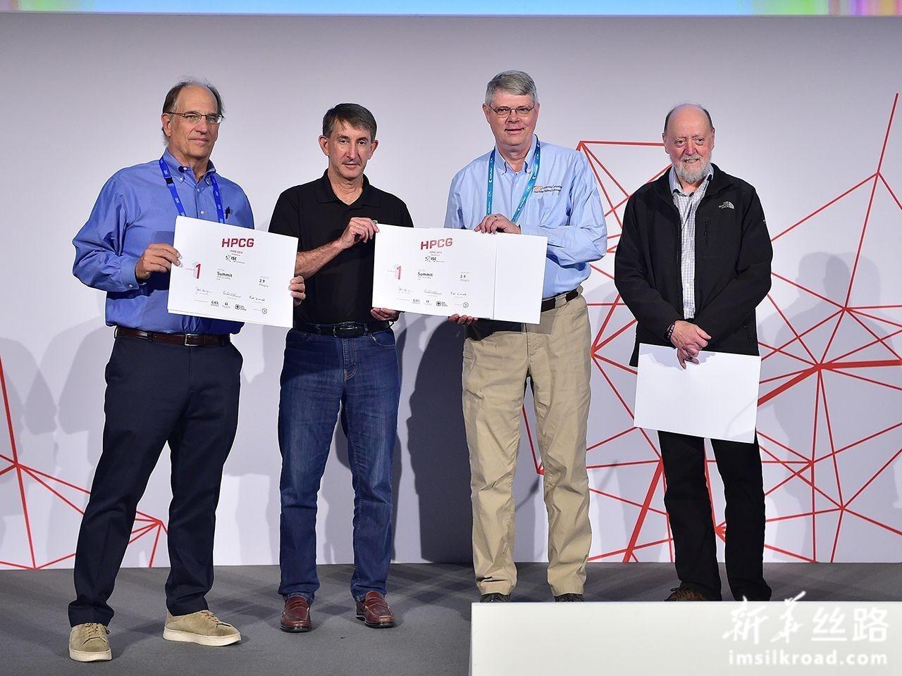 """6月17日,在德国法兰克福,美国能源部下属橡树岭国家实验室开发的""""顶点""""团队代表上台领取证书。新华社记者 逯阳 摄"""