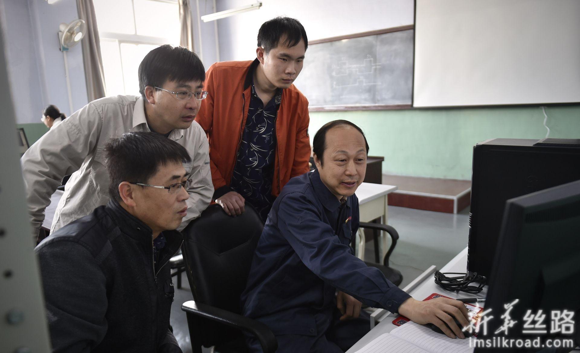 林学斌(右一)在鞍钢职工大学里和同学交流(4月28日摄)。新华社记者 姚剑锋 摄