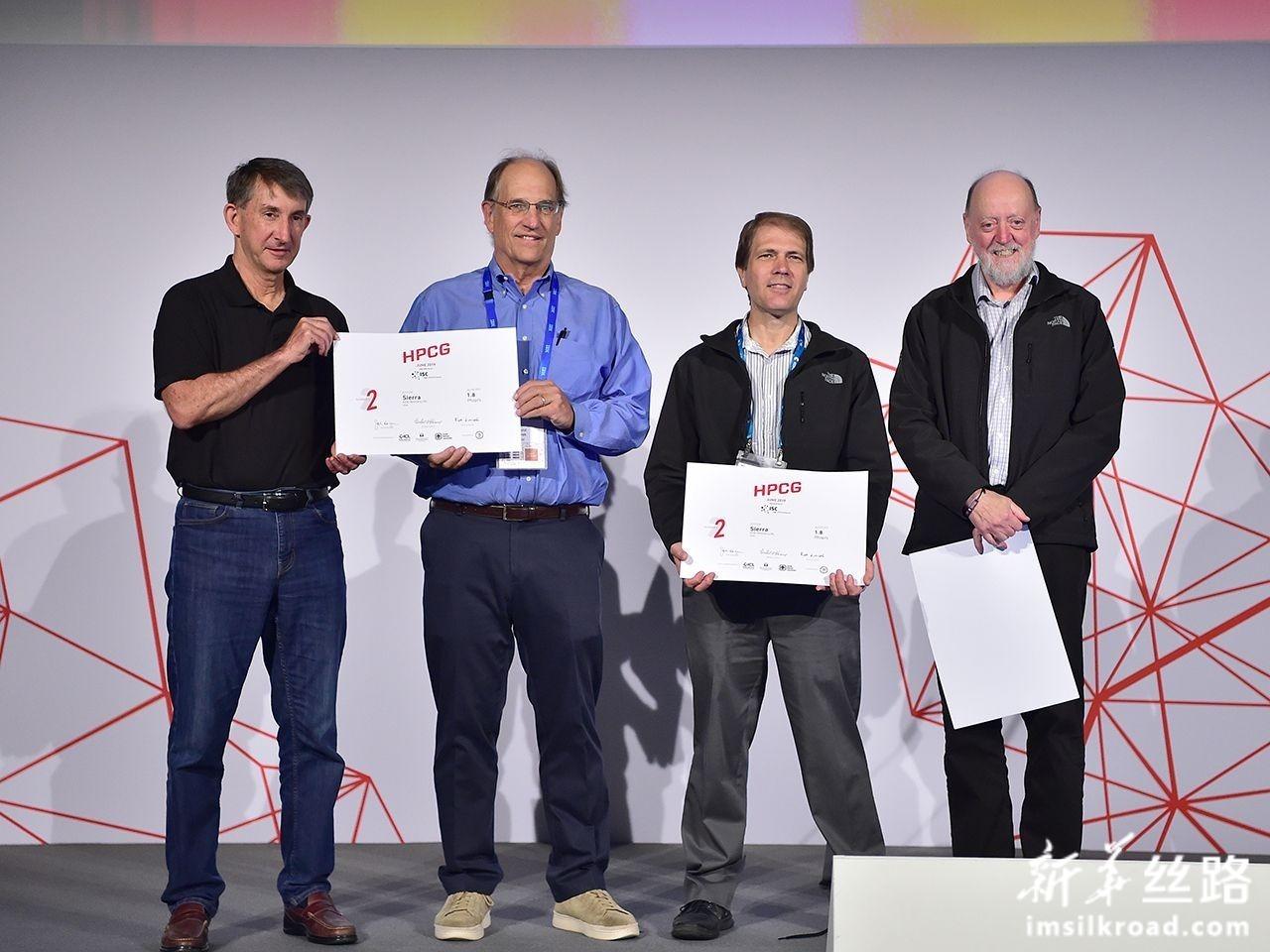 """6月17日,在德国法兰克福,美国能源部下属劳伦斯利弗莫尔国家实验室开发的""""山脊""""团队代表上台领取证书。新华社记者 逯阳 摄"""