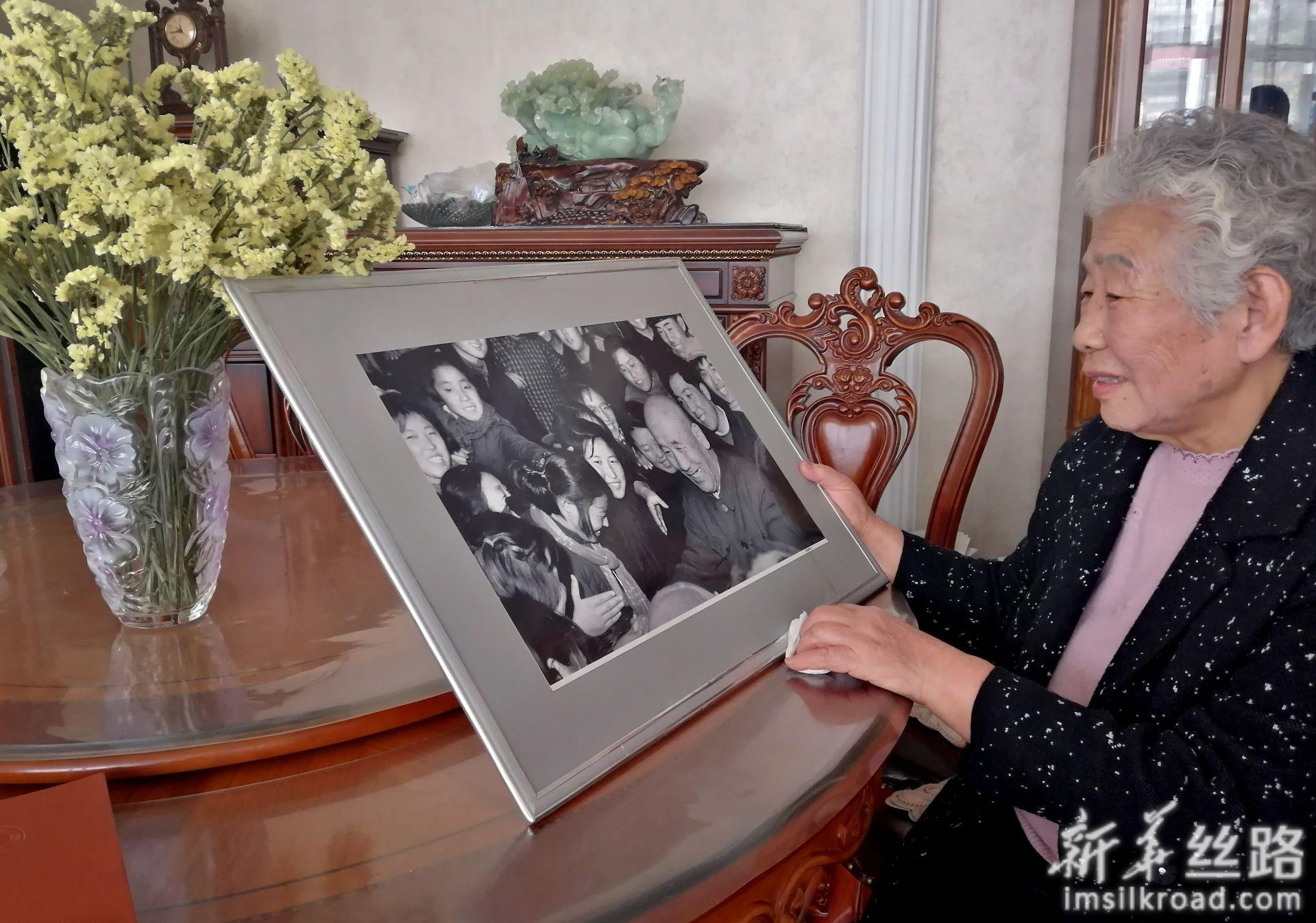 孟泰女儿孟庆珍向记者展示父亲孟泰的照片(4月23日摄)。新华社记者 王炳坤 摄