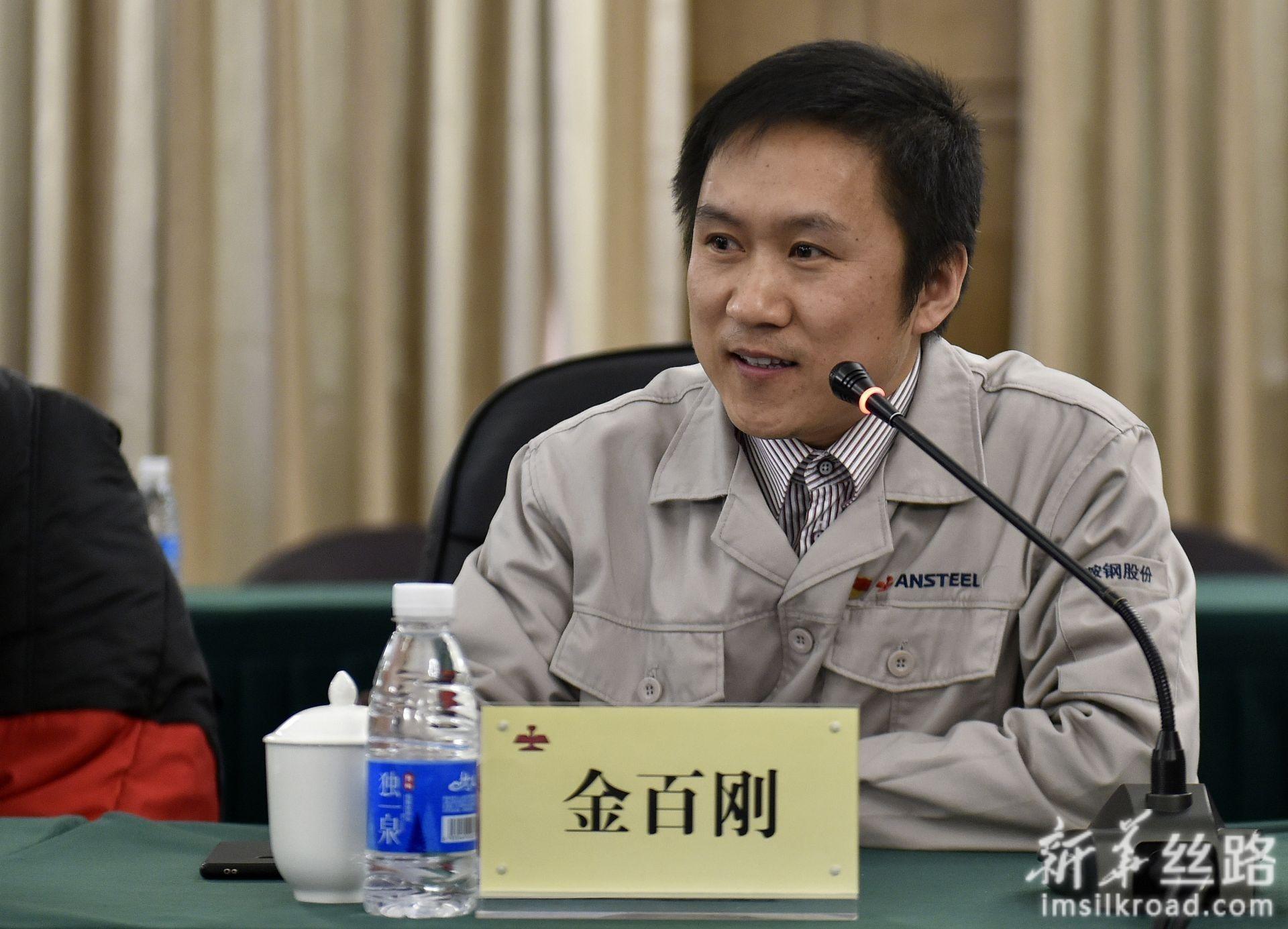这是鞍钢鲅鱼圈分公司炼钢部工程师金百刚(4月10日摄)。新华社记者 姚剑锋 摄