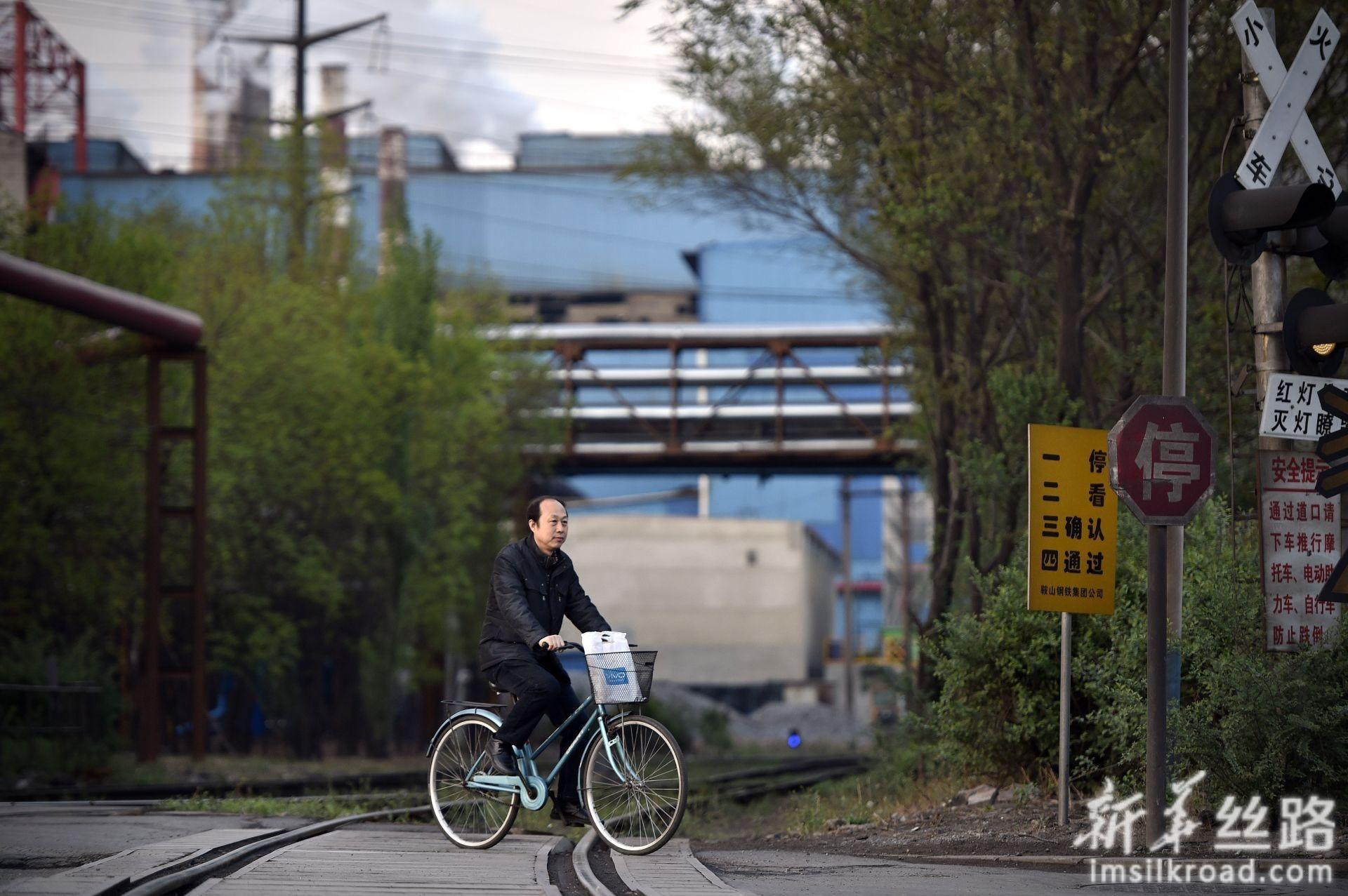 林学斌下班后骑车去公交站(4月29日摄)。新华社记者 姚剑锋 摄