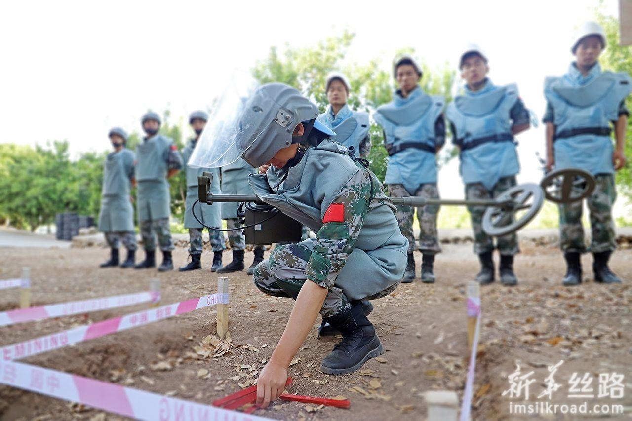 6月7日,在黎巴嫩南部辛尼亚村扫雷训练场,一名中国扫雷作业手在考核中。新华社发(孙帅 摄)