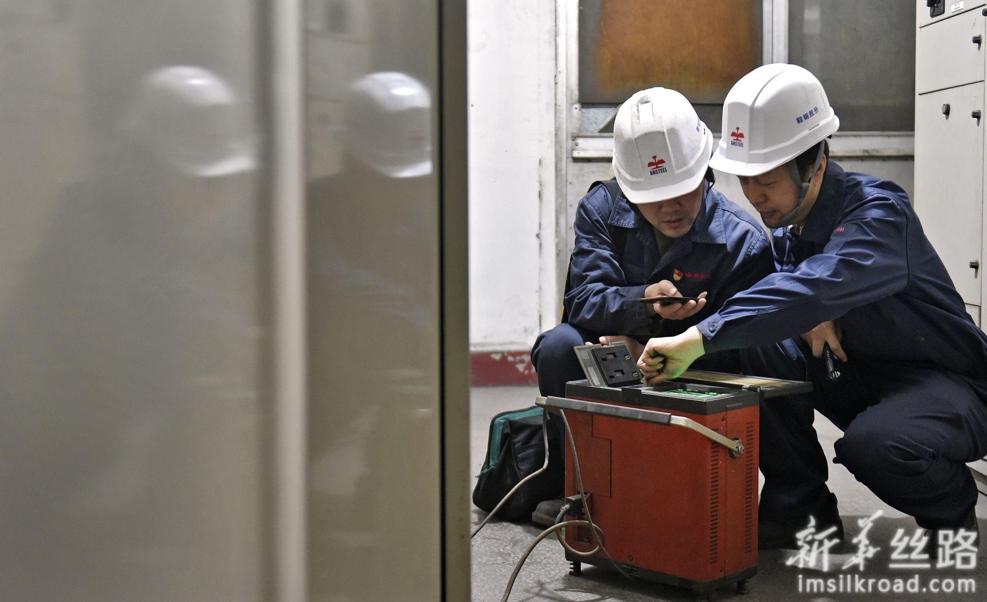 林学斌(右)和徒弟王喆在检查设备(4月29日摄)。新华社记者 姚剑锋 摄