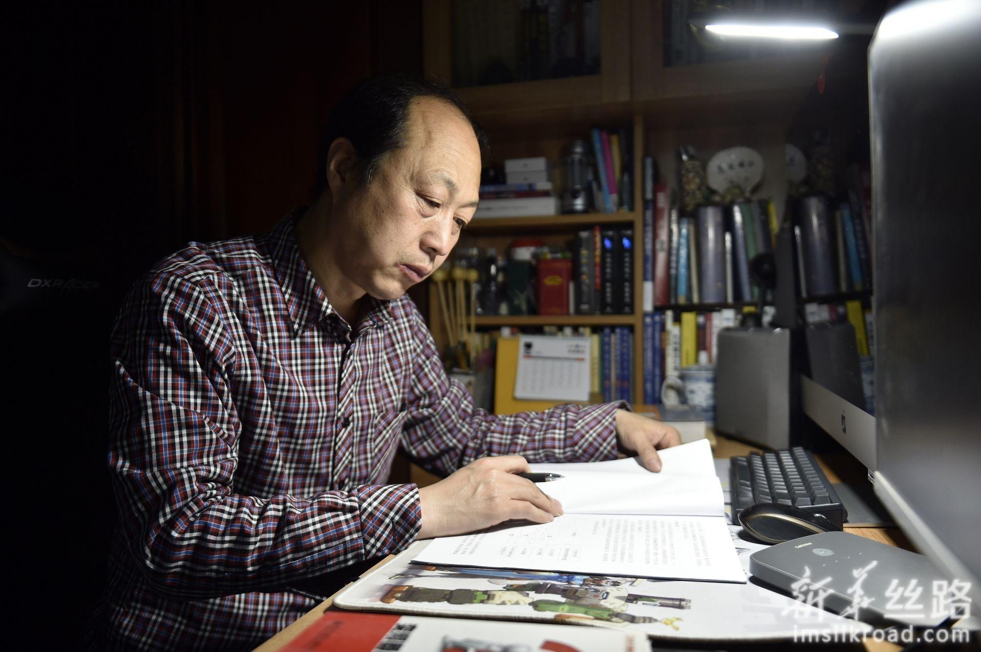 林学斌在家记录当天生产中遇到的问题(4月29日摄)。新华社记者 姚剑锋 摄