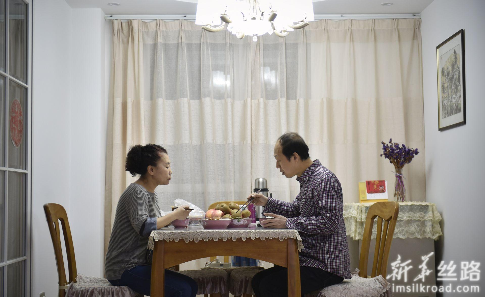 林学斌(右)在家和妻子吃晚饭(4月29日摄)。新华社记者 姚剑锋 摄