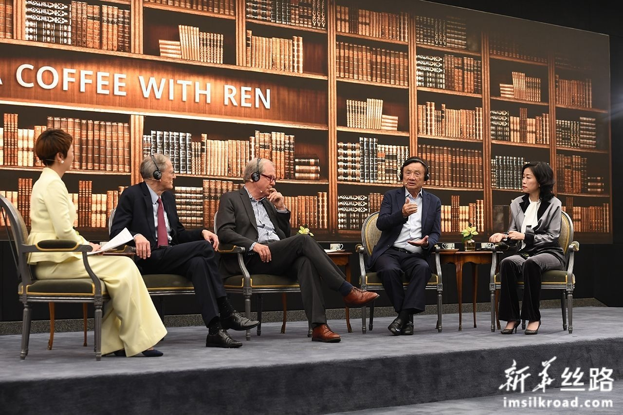 """6月17日,华为公司创始人、CEO任正非(右二)与美国学者乔治·吉尔德(左二)、尼古拉斯·内格罗蓬特(左三)在深圳总部就""""技术、市场和企业""""主题进行对话。新华社记者 梁旭 摄"""