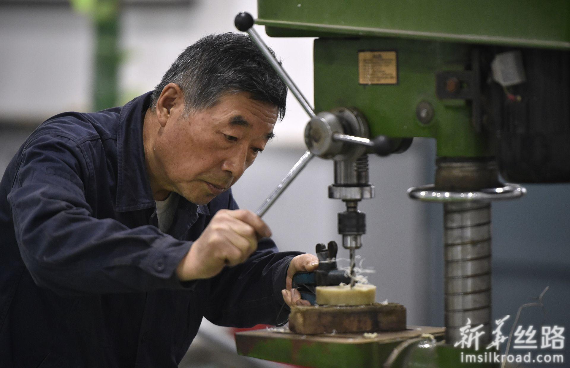 退休返聘的全国劳模李晏家在鞍钢焦化总厂职工实训室制作实训工具(4月24日摄)。 新华社记者 姚剑锋 摄