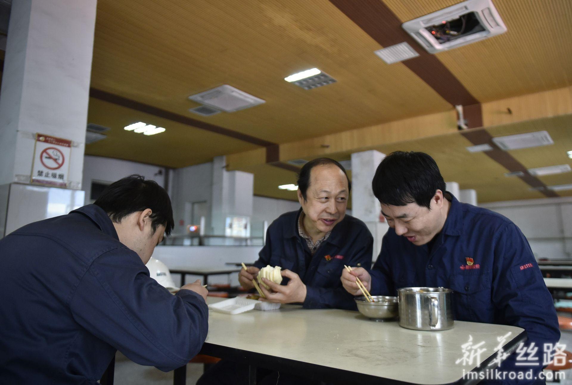 林学斌(中)和两个徒弟在食堂交流(4月29日摄)。新华社记者 姚剑锋 摄