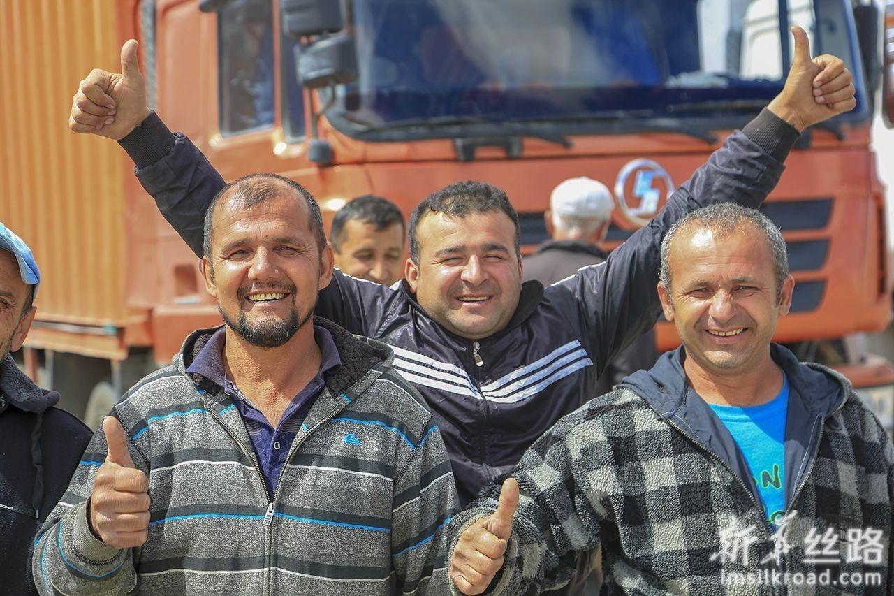 6月11日,在中塔卡拉苏口岸,等待入境的塔吉克斯坦旅客在一起合影。新华社发(黄欢 摄)
