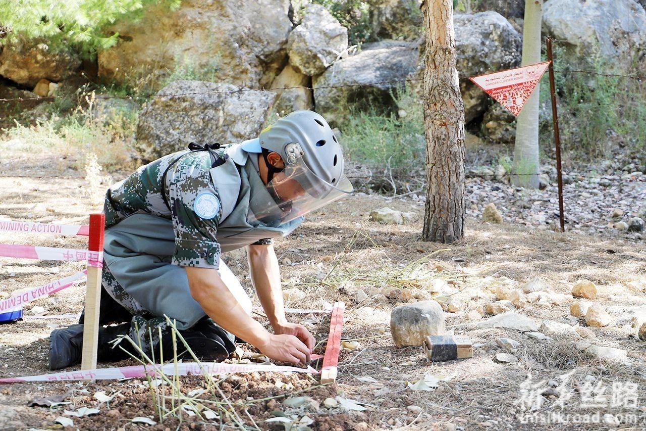 6月10日,在黎巴嫩南部辛尼亚村扫雷训练场,一名中国扫雷作业手在考核中。新华社发(孙帅 摄)