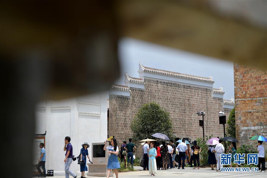 6月5日,游客在江西省宜春市万载县万载古城游玩。新华社记者 彭昭之 摄