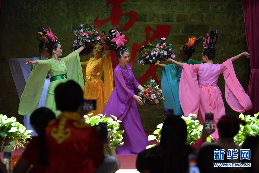 6月5日,在江西省宜春市万载县万载古城,一位手工匠人在展示传统夏布制作技艺。 新华社记者 彭昭之 摄