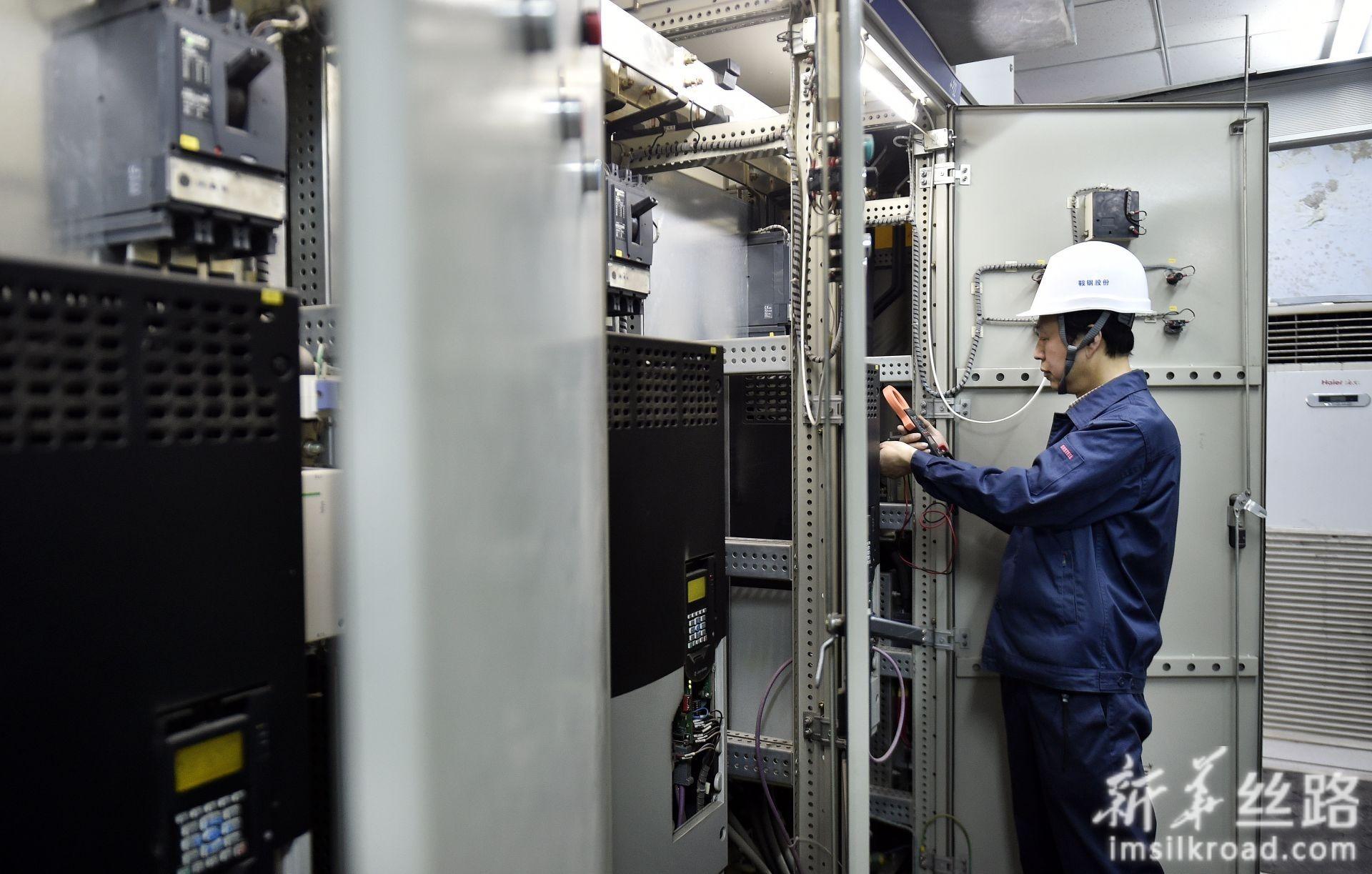 林学斌在电气控制室排除故障(4月29日摄)。新华社记者 姚剑锋 摄