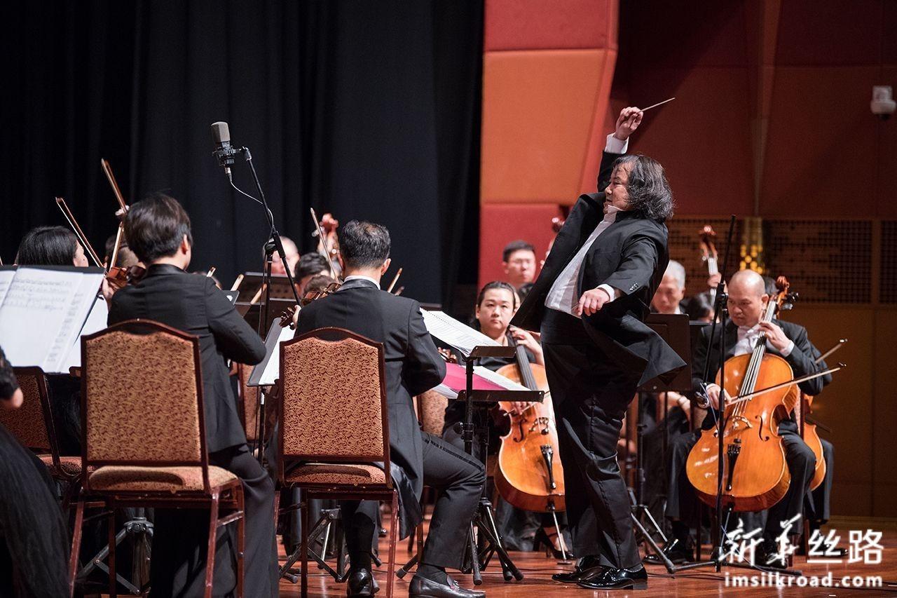 7月16日,在马来西亚吉隆坡,指挥家汤沐海(前右)指挥广西交响乐团在庆祝马中建交45周年音乐会上表演。新华社记者 朱炜 摄