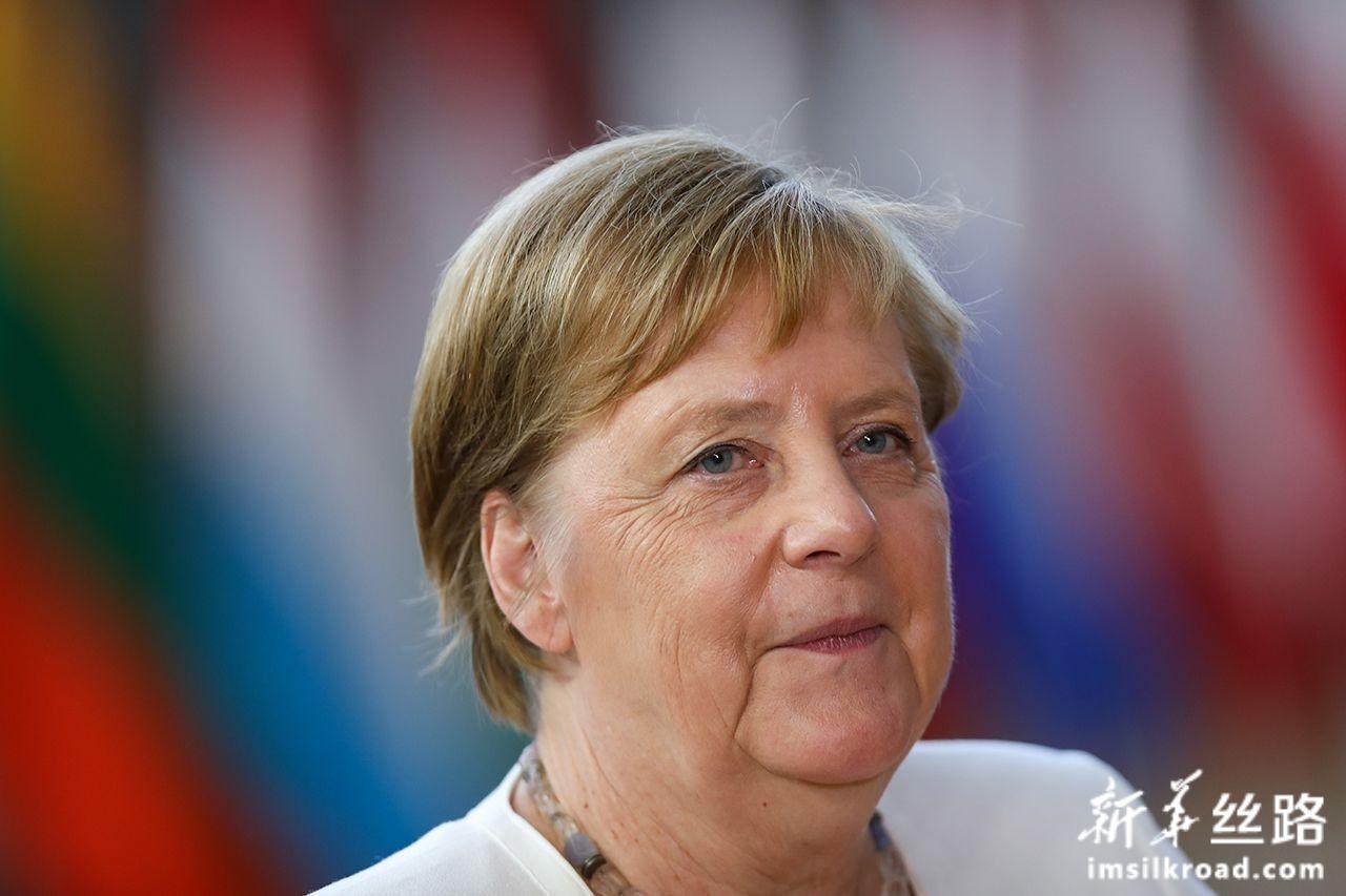 6月30日,在位于比利时布鲁塞尔的欧盟总部,德国总理默克尔准备出席欧盟峰会。新华社记者张铖摄