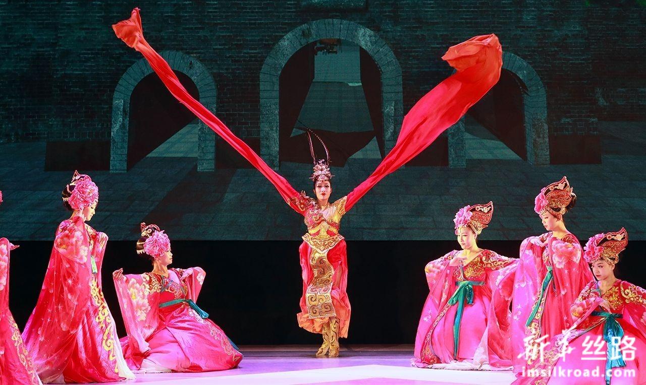 7月13日,在白俄罗斯维捷布斯克,演员在杂技剧《丝路彩虹》中表演舞蹈。新华社发(任科夫摄)