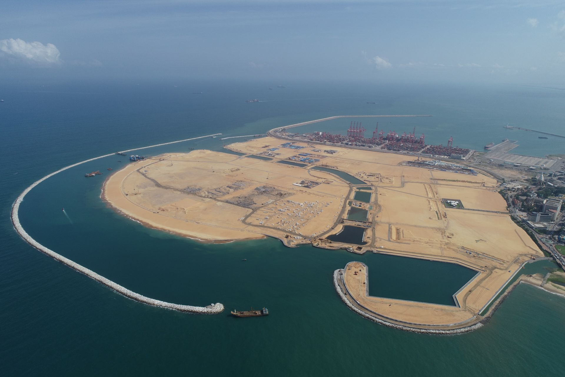 7月12日无人机拍摄的科伦坡港口城项目整体俯瞰图。新华社记者 唐璐摄