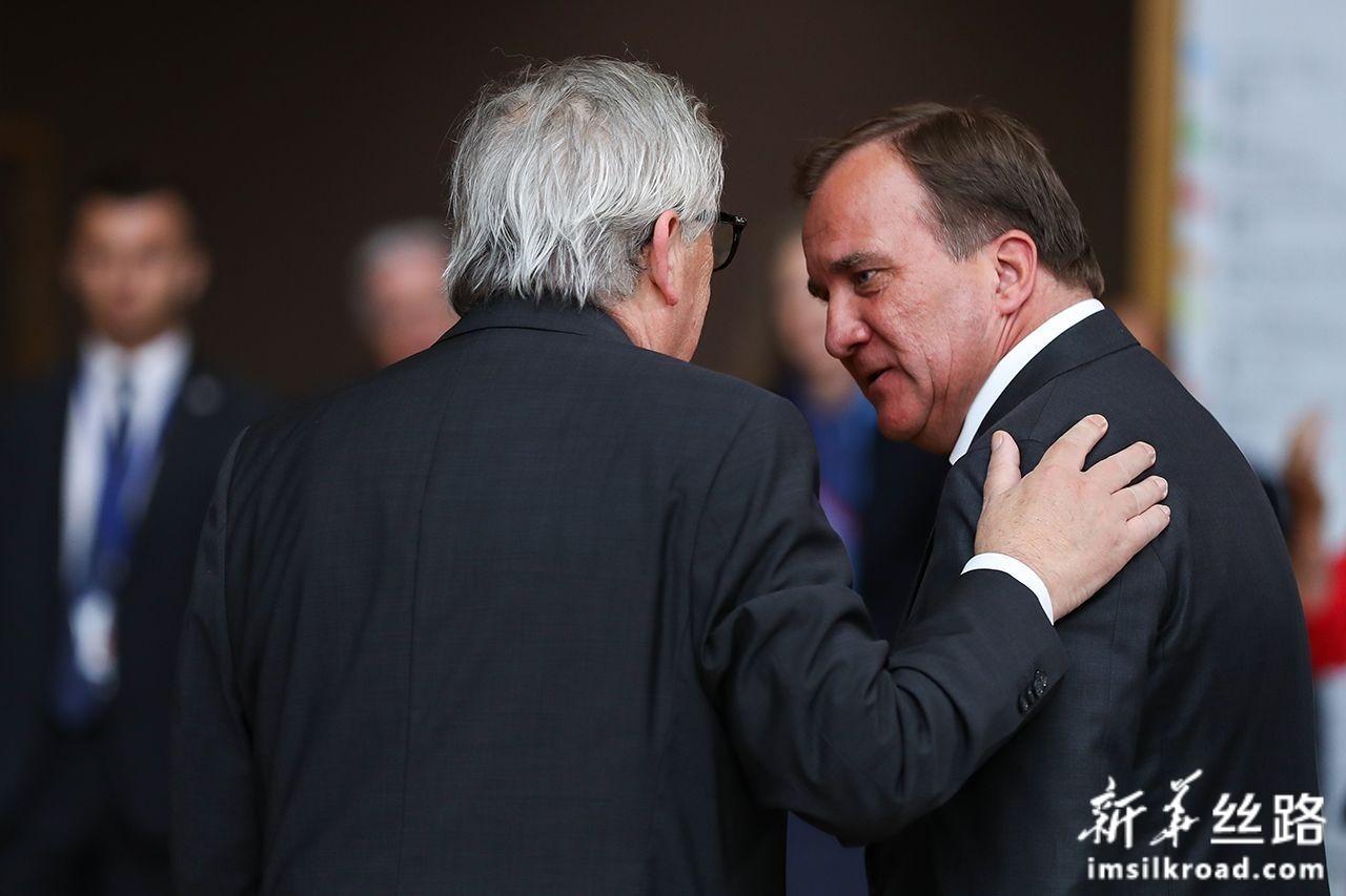 6月30日,在位于比利时布鲁塞尔的欧盟总部,欧盟委员会主席容克(左)与瑞典首相斯特凡·勒文交谈。新华社记者张铖摄