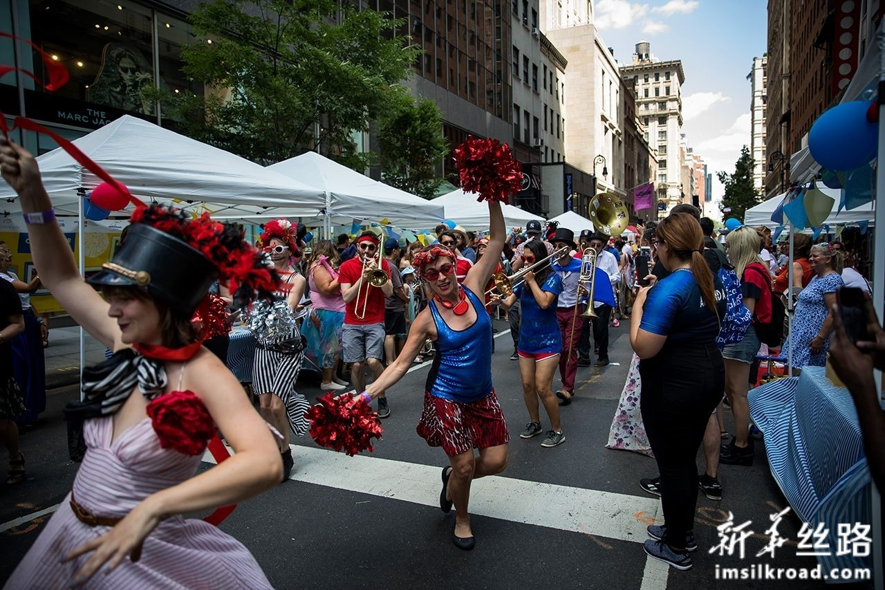 """7月14日,在美国纽约,演员在""""巴士底日""""庆祝活动上表演。新华社发(郭克摄)"""